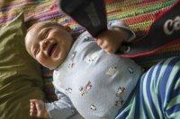 śmiejące się niemowlę